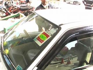 IGL के स्टेशनों पर CNG गाड़ियों पर लगाए गए स्टिकर