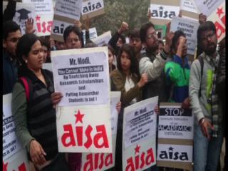 JNU और DUSU के छात्रों ने मानव संसाधन विकास मंत्रालय के बाहर दिया धरना
