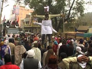 वेतन न मिलने से नाराज MCD कर्मचारियों ने फूंका केजरीवाल का पुतला (Delhi)