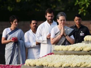 अस्पतालों में फल बांटकर मनाई पूर्व प्रधानमंत्री राजीव गांधी की पुण्यतिथि