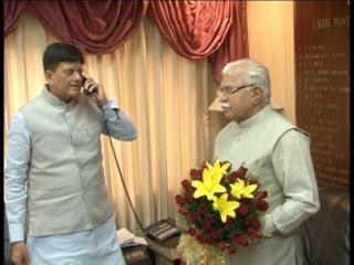 फोन पर बतियाते रहे मंत्री, हाथ में बुके लिए खड़े रहे खट्टर