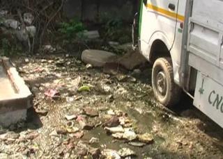 दिल्ली : सड़क के किनारे भरा गंदा पानी, सता रहा डेंगू का डर