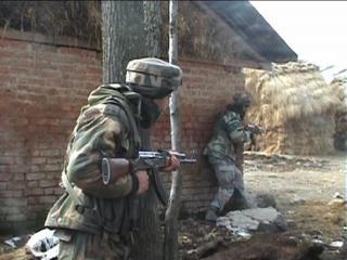 रिहायशी इलाके में घुसे आतंकी, सुरक्षा बलों से मुठभेड़ जारी