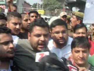 मोदी की शव यात्रा निकाल रहे कांग्रेस कार्यकर्ताओं और पुलिस में झड़प