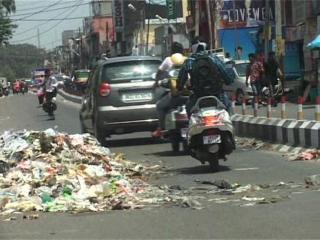 सफाई कर्मचारियों के विरोध प्रदर्शन से आम जनता परेशान