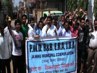 खस्ता सड़कों के खिलाफ जम्मू वेस्ट असेंबली ने किया प्रदर्शन