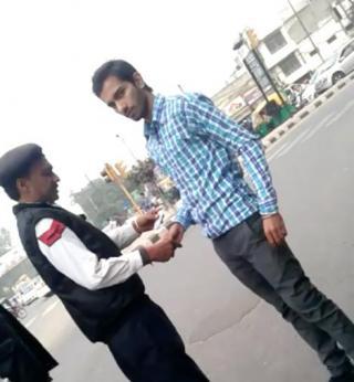 Video Me Dekhe Traffic Police Mulazim Ki kartoot