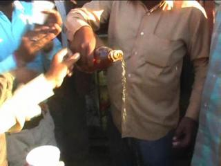 शराब के ठेके पर पिलाया गया दूध,लोगों ने नशे से की तौबा