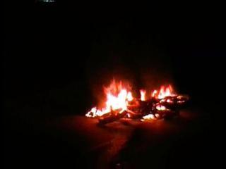 देखें वीडियो, चलते मोटरसाइकिल को लगी आग में झुलसा युवक