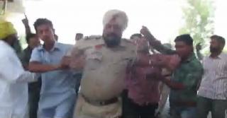 लोगों ने जमकर की पुलिस अधिकारी से मारपीट !