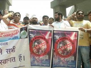 'उड़ता पंजाब' के खिलाफ़ सड़कों पर उतरे लोग