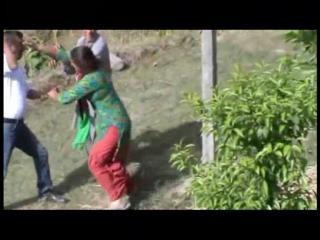 गुस्से में एक शख्स ने महिला को पत्थर से मारा, फिर क्या हुआ? देखिए Live वीडियो