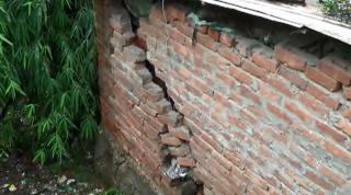 लगातार बारिश के कारण मकानों में आई दरारें, लोगों में दहशत