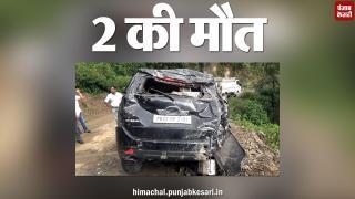 अनियंत्रित कार खाई में गिरी, दो बुज़ुर्गों की मौत