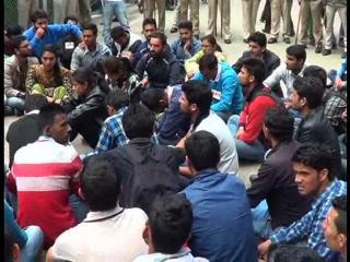 भूख हड़ताल पर बैठा एक छात्र बेहोश