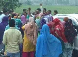 बिजली मीटर घर के बाहर लगाने पहुंची टीम को ग्रामीणों ने लौटाया बैरंग