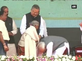 104 साल की कुंवरबाई के मुरीद हुए PM मोदी, छुए पैर