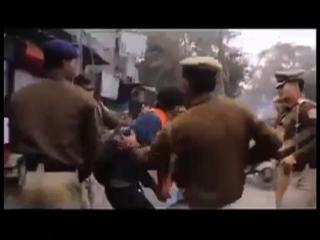 दिल्ली पुलिस ने की छात्रों की जमकर पिटाई, वीडियो वायरल