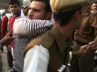 छात्रा ने मजनू की पिटाई कर किया पुलिस के हवाले