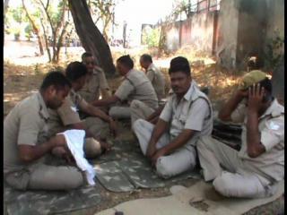एएमयू की सुरक्षा में लगी पीएसी के जवानों को नहीं है बैठने की जगह