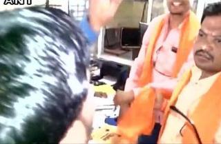 शिवसेना नेता ने की शर्मनाक हरकत, बैंककर्मी को जड़ा थप्पड़