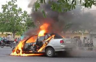 दिल्ली : चलती कार में लगी आग, बाल-बाल बचा चालक