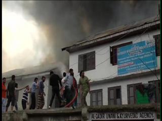 कुलगामः आग लगने से एसपी क्वार्टर समेत 4 मकान जले
