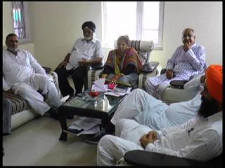 विपक्षियों के घर अधिकारियों की मीटिंग का मामला गर्माया