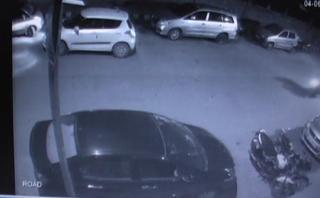 तीन कार सवार बदमाशों ने उड़ाई इनोवा कार