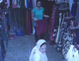दुकान से कपड़े चुराती CCTV में कैद हुई माँ-बेटी