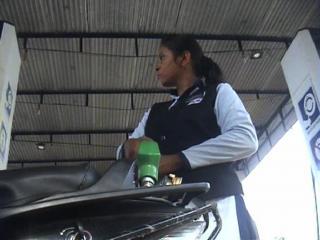 बेटियों के जज्बे को सलाम, पेट्रोल पंप पर काम कर पेश की मिसाल