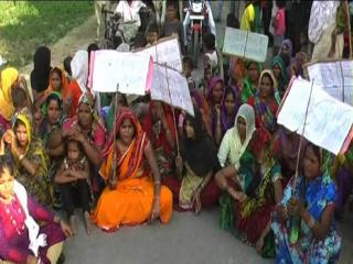 हरदोई में शौचालय की मांग को लेकर सड़कों पर उतरी महिलाएं