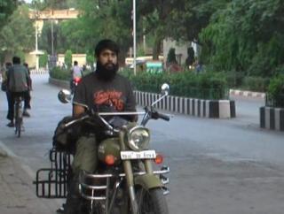 नौकरी छोड़ भारत भ्रमण पर निकला युवक, 21 राज्यों की कर चुका है यात्रा