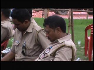 सुरक्षा इंतजाम को लेकर हुई बैठक में सोते रहे पुलिस अधिकारी