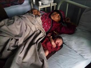 इलाज ना मिलने के कारण अस्पताल गैलरी में ही दिया बच्चे को जन्म