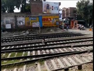 युवक ने दी मौत को मात, ऊपर से ट्रेन गुजरने के बाद उठ खड़ा हुआ युवक
