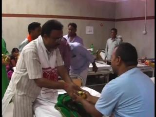 राजनाथ सिंह के जन्मदिन के अवसर पर मरीजों को बांटे फल
