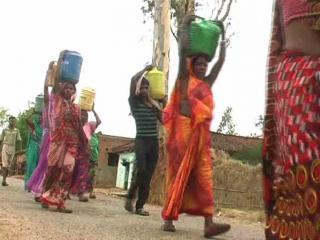 पानी की कमी से जूझ रहे हैं लोग, प्रशासन नहीं कर रहा कोई कार्रवाई