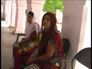 दबंग ने किया महिला के घर पर अवैध कब्ज़ा