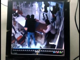 सर्विस सेंटर में घुसकर मैनेजर को पीटा, घटना हुई CCTV में कैद
