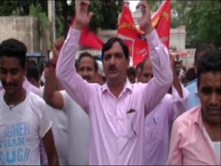 मांगों को लेकर रेलवे कर्मचारियों ने किया प्रदर्शन