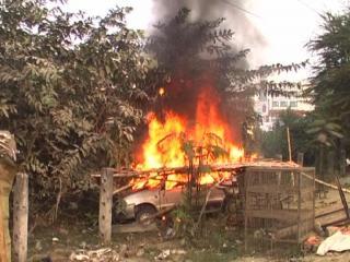 अनियंत्रित कार में मारी 3 को टक्कर, 1 की मौत, भीड़ ने कार को किया आग के हवाले