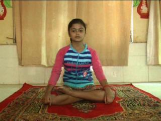 10 साल की बच्ची पढ़ा रही है योग का पाठ