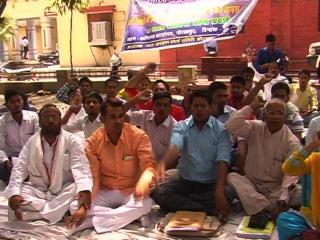 गोरखपुर में पीएचडी के छात्रों का धरना प्रदर्शन