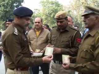 गीता जयंती के अवसर पर पुलिस में बांटी गीता
