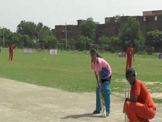 बेटी बचाने के लिए टी-20 मैच में पुरुषों से भिड़ी महिलाएं