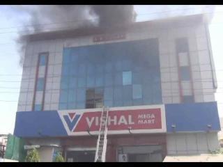 आग की चपेट में फैक्ट्री और मॉल,लाखों का नुकसान