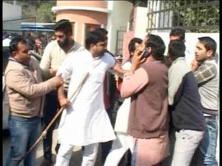 कालेज के बाहर गुंडागर्दी, पुतला फूंकने पर छात्र संगठनों में झड़प