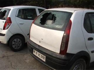 No parking Me Khadhi Gadhiyon Ke Shararti Tatavon Ne Todhe Sheeshe