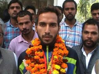 नेपाल से  गोल्ड जीत कर लौटे फ़ुटबाल खिलाड़ी महेंद्र का स्वागत